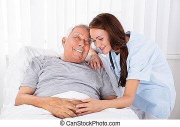 verpleegkundige, kijken naar, vrolijke , mannelijke , patiënt, in, kliniek