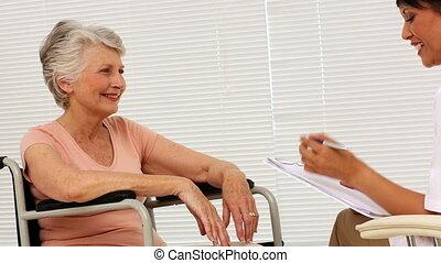 verpleegkundige, klesten, met, bejaarden, patiënt