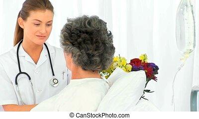 verpleegkundige, klesten, met, haar, vrouwlijk, patie