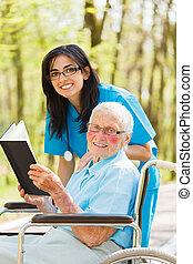 verpleegkundige, lezende , patiënt