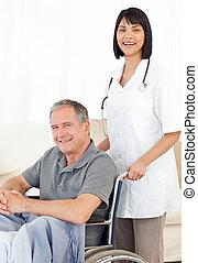 verpleegkundige, met, haar, patiënt, kijken naar, t