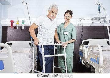 verpleegkundige, met, hogere mens, gebruik, walker, in, rehab, centrum