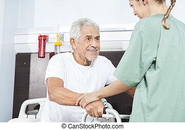 verpleegkundige, portie, het glimlachen, hogere mens, in, gebruik, walker