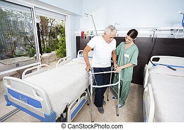 verpleegkundige, portie, mannelijke , patiënt, in, gebruik, walker, op, rehab, centrum