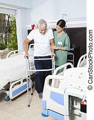verpleegkundige, portie, mannelijke , patiënt, in, gebruik, walker, op, rehabilitatie, centrum
