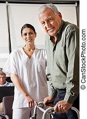 verpleegkundige, portie, mannelijke , patiënt, met, walker