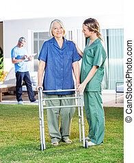verpleegkundige, portie, oude vrouw, om te, gebruiken, lopend met vensterraam, in, wei