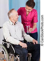 verpleegkundige, portie, oudere man