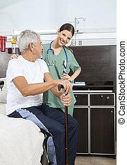 verpleegkundige, staand, door, senior, op bed, in, rehab, centrum