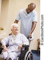 verpleegkundige, voortvarend, oude vrouw, in, wheelchair