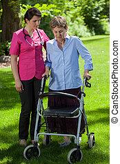 verpleegkundige, wandelende, naast, vrouw, met, orthopedic, walker