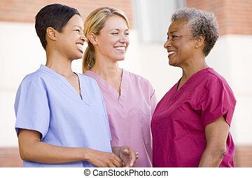 verpleegkundigen, staand, buiten, een, ziekenhuis