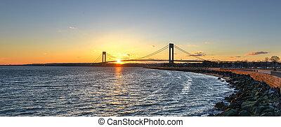 verrazano, kurczy się most, na, zachód słońca