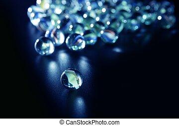 verre bleu, marbres, réflexions