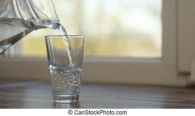 verre, cruche, eau, verser