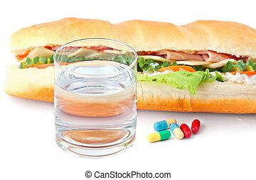 verre eau, pilules, et, deux, hot dog, à, divers, ingredients.