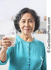 verre, femme aînée, lait, tenue