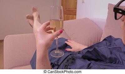 verre, femme, champagne, sofa