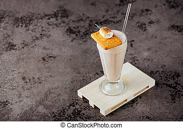 verre, milk-shake vanille, crème fouettée