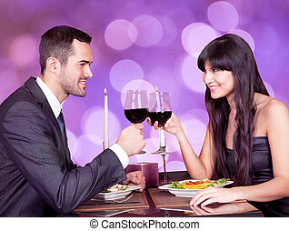 verres vin, restaurant, couple, jeune, table, grillage, heureux