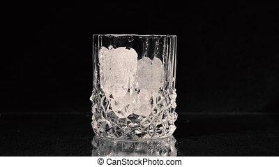 versé, cubes., glace, être, arrière-plan., whisky, noir, haut., verre, tomber, fin