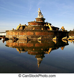 versailles fountain - statue in middle of fountain pond in...
