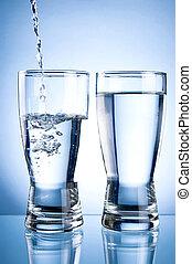 versando acqua, in, glasson, e, bicchiere acqua, su, uno, sfondo blu