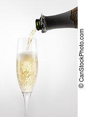 versando champagne