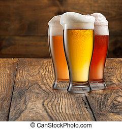 tablett bier krug brille voll aus krug zwei hintergrund bier dienst wei es tablett. Black Bedroom Furniture Sets. Home Design Ideas
