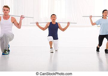 verschieden, menschengruppe, trainieren, in, turnhalle