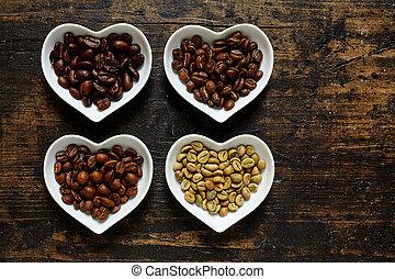 verschiedene Kaffeesorten Roh und geröstete Bohnen auf...