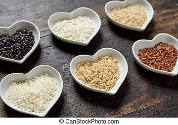 Verschiedene Reis Sorten roh in Herz Schalen - Verschiedene...