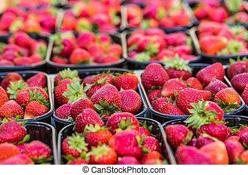 verse aardbeien, straat markt, manden