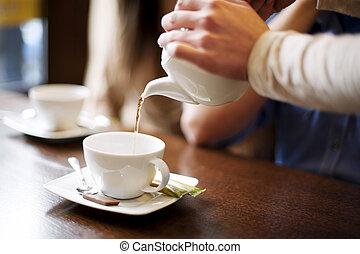 verser, coffee/tea, serveuse, tasse