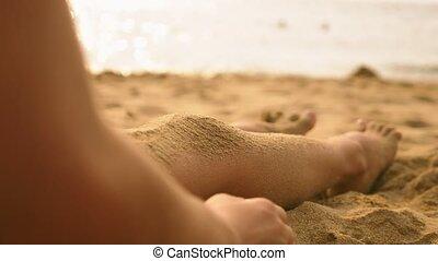 verser, elle, pieds, sable, girl, plage, longues jambes