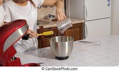 verser, femme, bol, mélangeur, cuisinier, crème, sirop, cake.