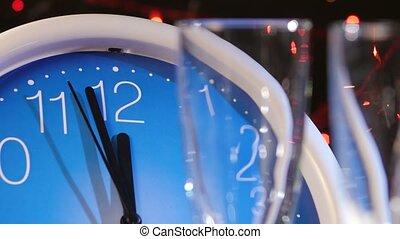 verser, guirlande, horloge mur, veille, contre, bokeh, noir, année, nouveau, lunettes champagne