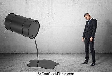 verser, huile, liquide, incliné, il, triste, noir, homme affaires, baril, dissapointed, dehors