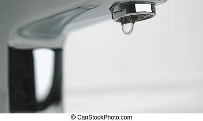 verser, robinet, couler, chrome-plaqué, faible, eau