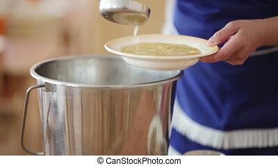 verser, soupe