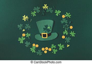 versiering, bovenzijde, vrijstaand, st, klaver, patricks, papier, groene hoed, dag, aanzicht
