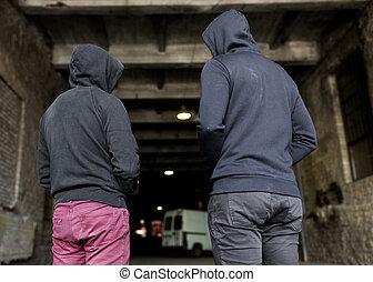 verslaafde, mannen, of, misdadigers, in, hoodies, op, straat