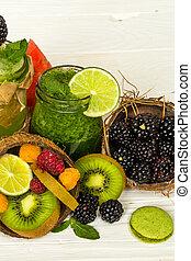 vert, et, rouges, smoothies, dans, a, pot, à, chaux