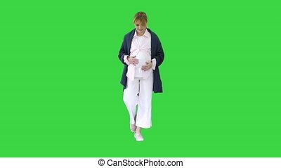 vert, femme, marchant, écran, regarder, key., heureux, ...