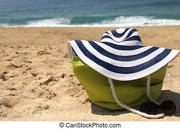 lunettes soleil chapeau paille littoral sac plage photographies de stock rechercher. Black Bedroom Furniture Sets. Home Design Ideas