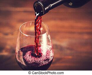 verter vino tinto, en, el, vidrio, contra, de madera, plano...