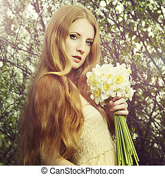verticaal, een, mooi, jonge vrouw , met, bloemen, in de tuin