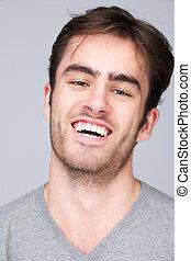 verticaal, glimlachen gelukkig, jonge man