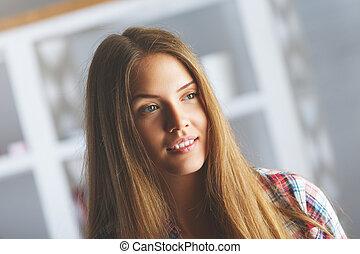 verticaal, glimlachende vrouw