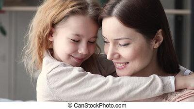 verticaal, het knuffelen, kind, dochter, fototoestel, het ...